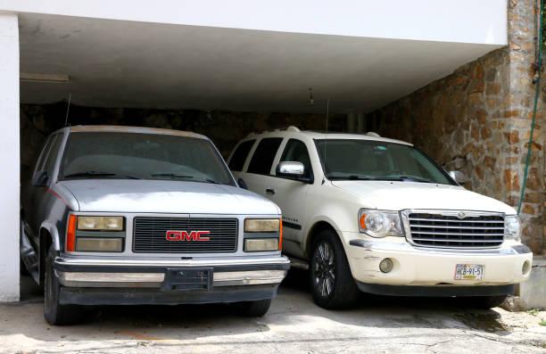 gmc suburban und chrysler aspen - chevy van stock-fotos und bilder