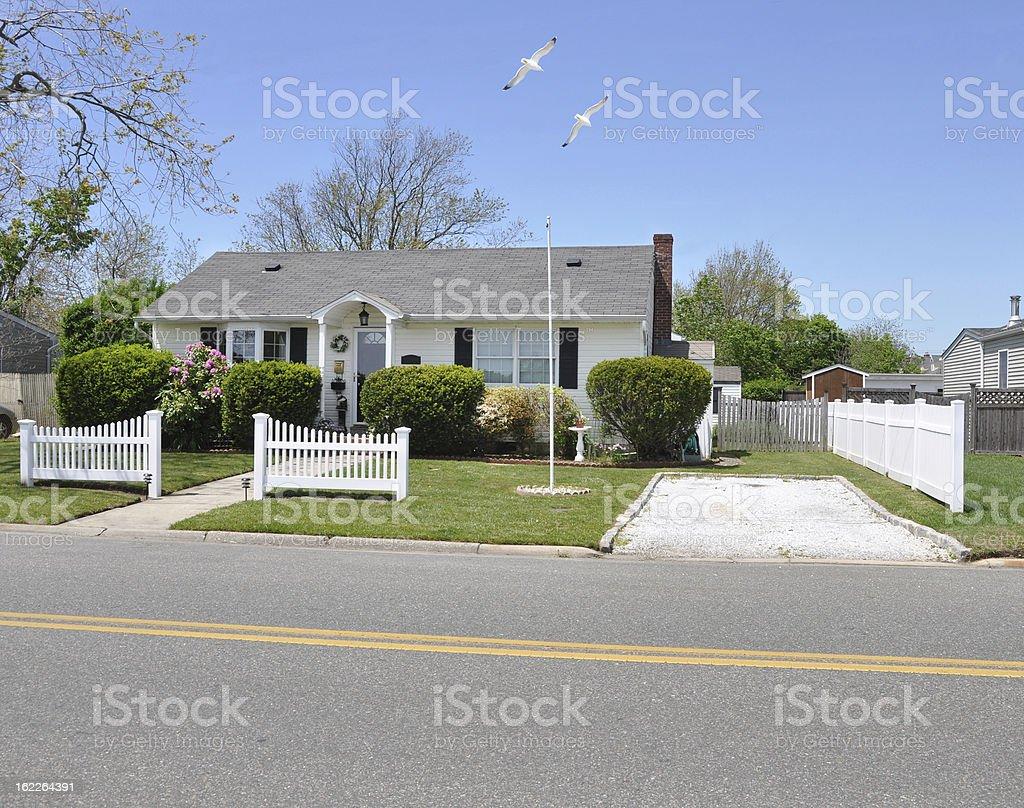 Suburban Bungalow House Möwen Fliegen Weiße Gartenzaun Stockfoto