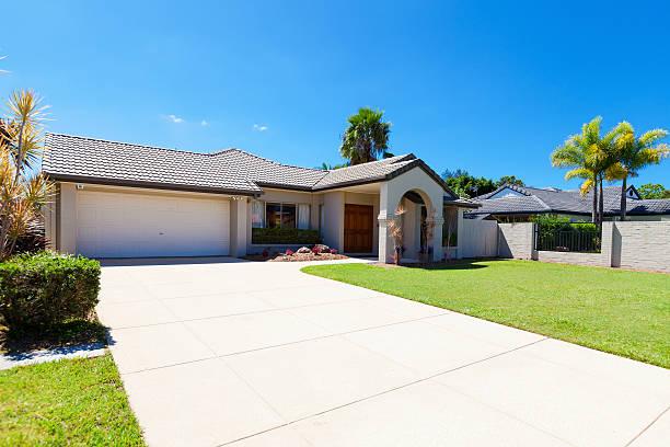 suburban house vorderseite - auffahrt stock-fotos und bilder