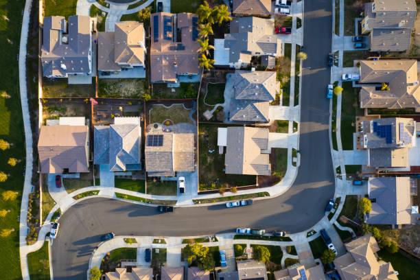 daken in de voorsteden - vanuit een drone gezien stockfoto's en -beelden