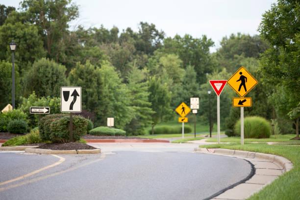 scènes banlieue de st louis usa, rond-point avec signes - rond point carrefour photos et images de collection
