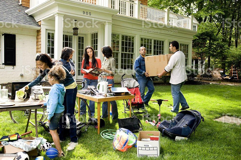 Suburban yard vendita di mobili, famiglia di fuori foto stock royalty-free