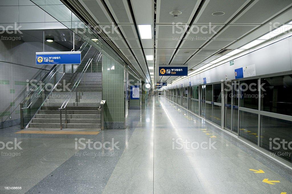 Andén de estación de metro foto de stock libre de derechos