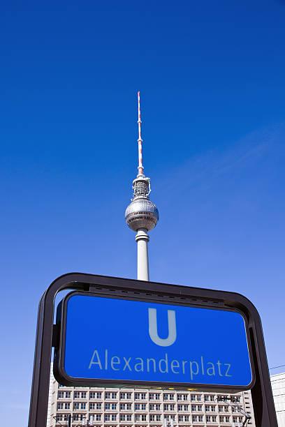 u-bahn-schild und tv-turm in berlin - u bahn stock-fotos und bilder