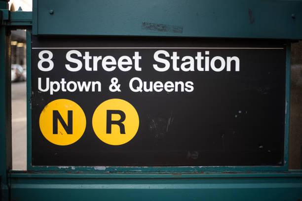 ESTERA de la señal de metro, estación de la calle 8, Nueva York, Estados Unidos - foto de stock