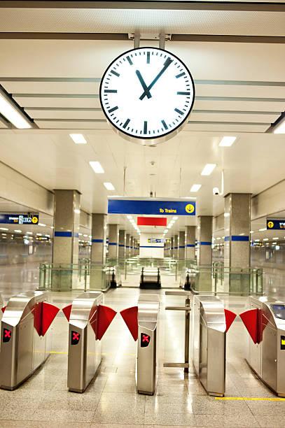 u-bahn-station - gutschein bahn stock-fotos und bilder