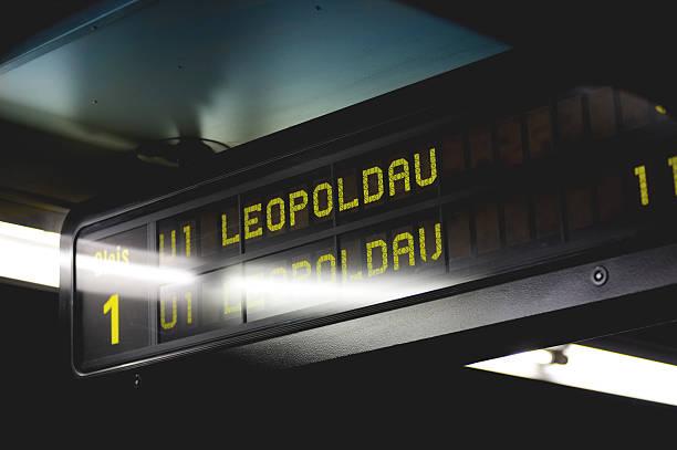 u-bahn-station schild, wien, österreich - u bahn stock-fotos und bilder
