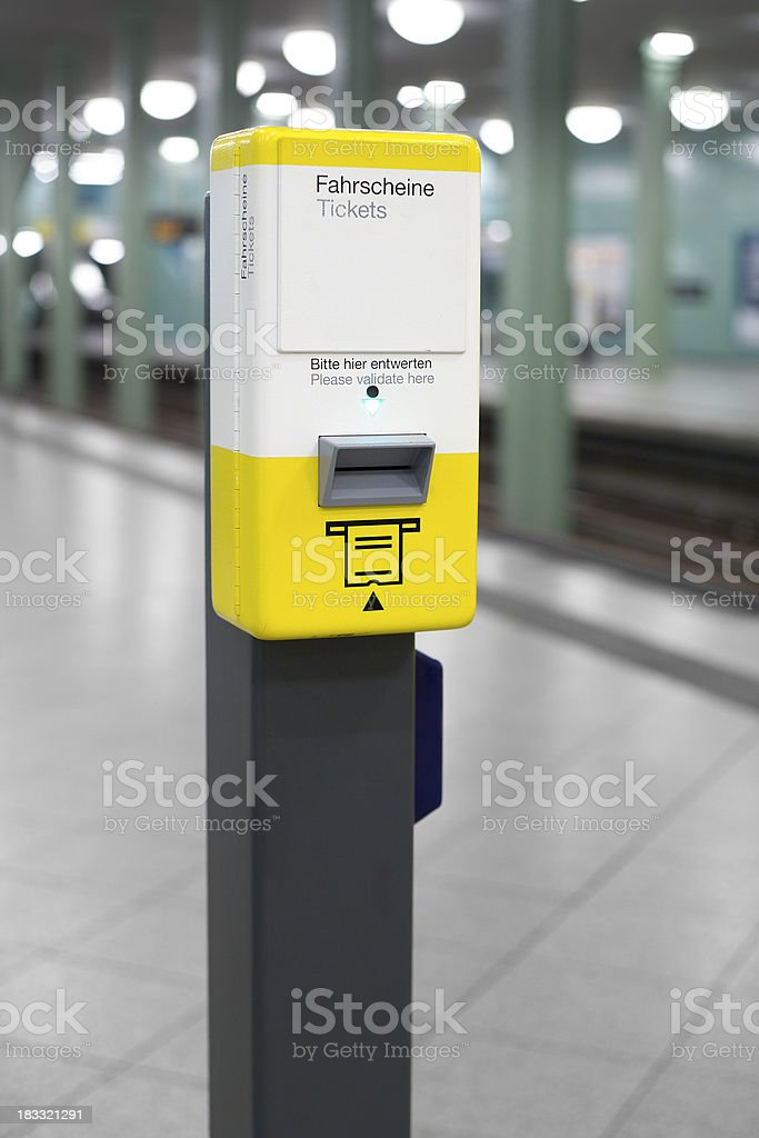 U-Bahn-station, ticket validator – Foto