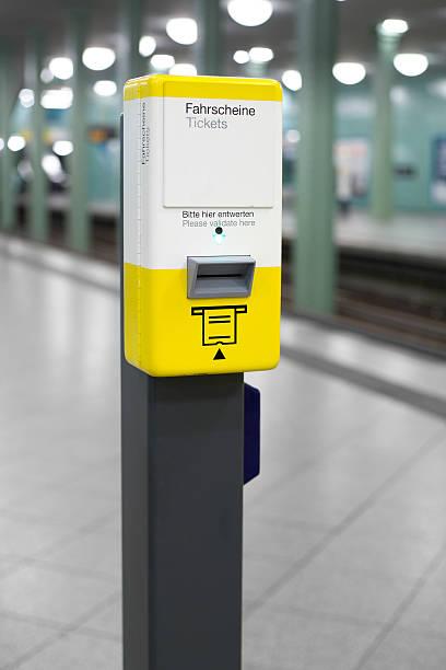 U-Bahn-station, ticket validator – Foto