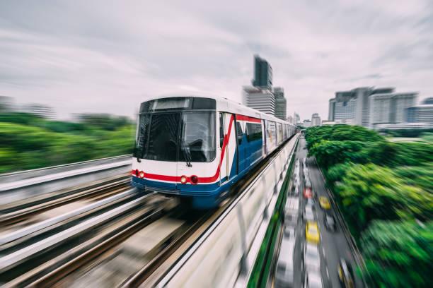 u-bahn-strecke durch die stadt bangkok - hochbahn passagierzug stock-fotos und bilder