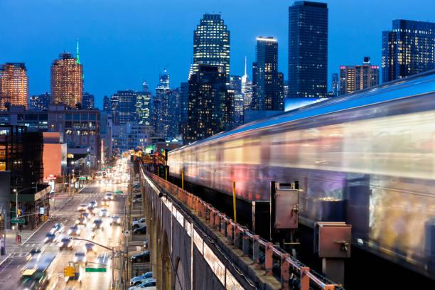紐約皇后區地鐵列車接近高架地鐵站 - 鐵路運輸 運輸 個照片及圖片檔
