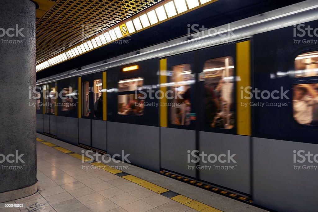 Treno della metropolitana.  Immagine a colori - Foto stock royalty-free di Affari finanza e industria
