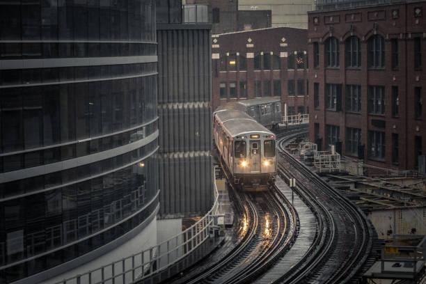 u-bahn-zug runden ecke auf erhöhten schienen in der innenstadt von chicago - deutsche wetter stock-fotos und bilder