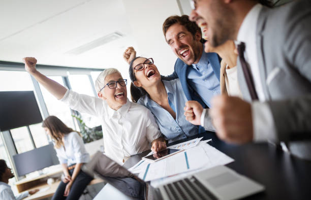 erfolgreiche unternehmer und geschäftsleute erreichen ziele - mitarbeiterengagement stock-fotos und bilder