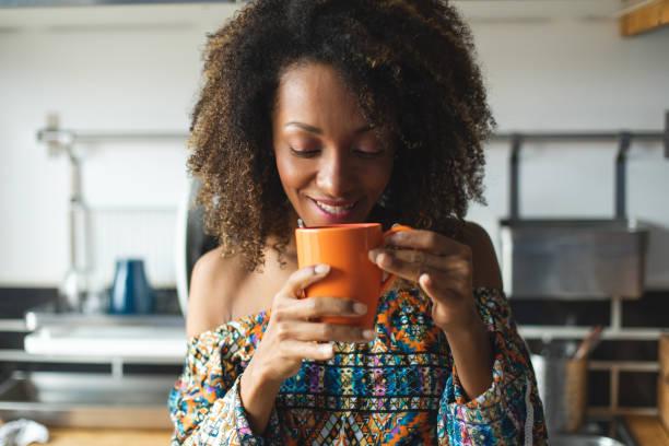 el éxito y la tranquilidad en casa - café bebida fotografías e imágenes de stock