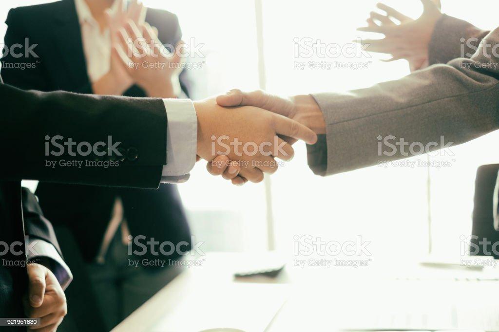Erfolg Geschäftspartner Händeschütteln nach vervollständigen einen deal im Büro, Geschäft und Strategie Erfolgskonzept – Foto