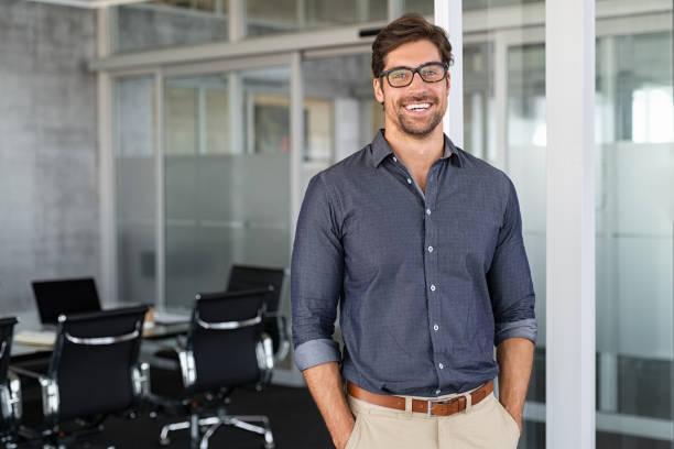 成功商人在辦公室微笑 - 年輕成年人 個照片及圖片檔