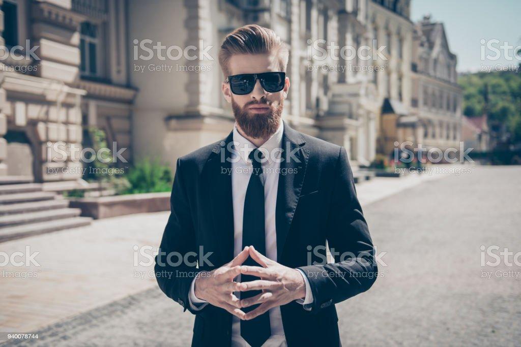 23003a03e Concepto de éxito. Chico barba duro elegante elegante en un traje y gafas  de sol