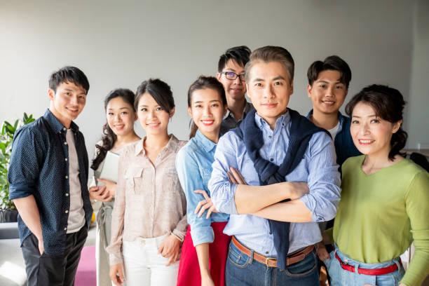 Erfolgsteammitarbeiter schauen auf Sie – Foto