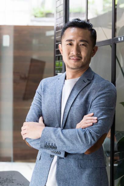 Erfolgreicher asiatischer Unternehmer in einem modernen Coworking Space – Foto