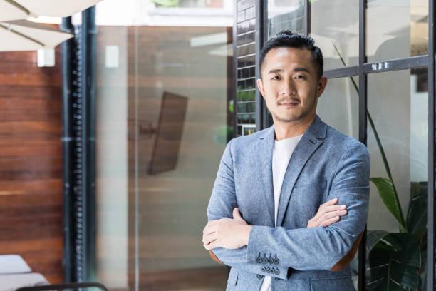 現代合作空間中的成功亞洲商人 - 亞洲 個照片及圖片檔