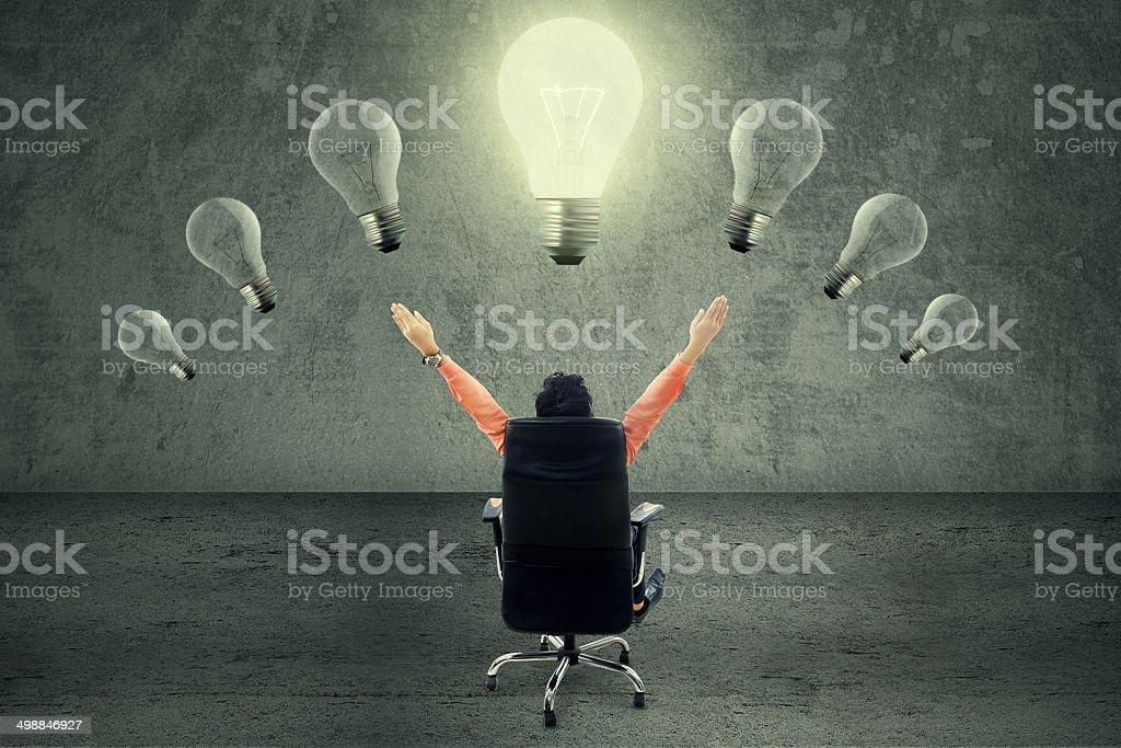 Exitoso ejecutivo en la bombilla - foto de stock