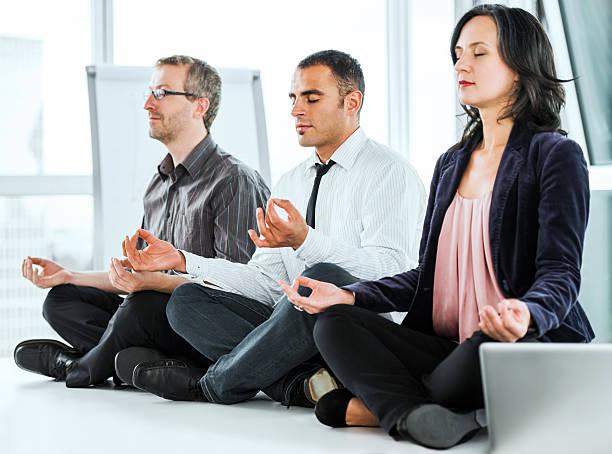erfolgreiche geschäftsleute meditieren im büro. - yoga fürs büro stock-fotos und bilder