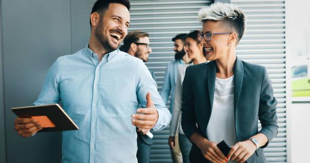 Empresa de sucesso com trabalhadores felizes - foto de acervo