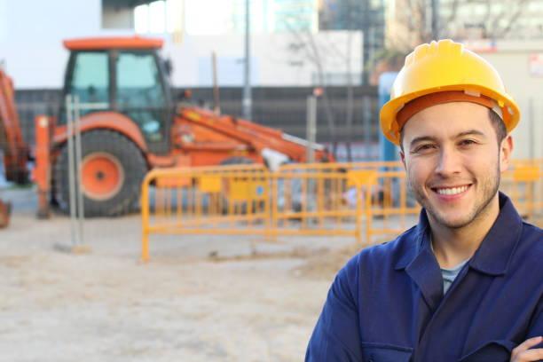 Empregado de construção bem sucedida com espaço de cópia - foto de acervo