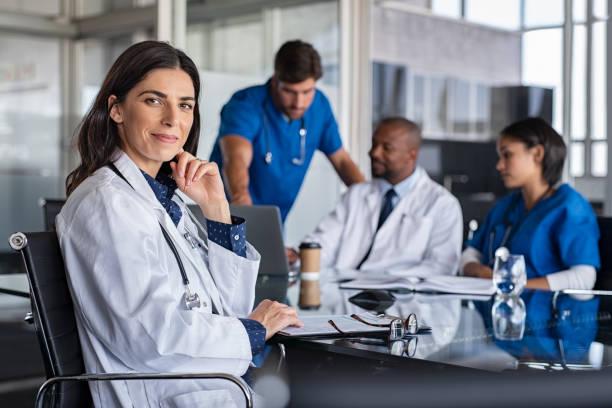 médico bem sucedido na conferência - profissional da área médica - fotografias e filmes do acervo