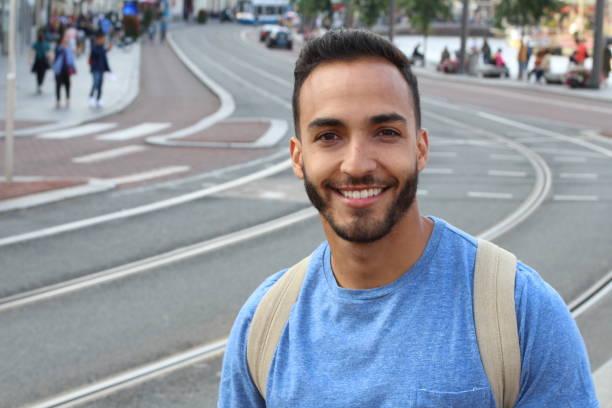 erfolgreicher ethnischer mann straßenporträt - 25 29 jahre stock-fotos und bilder