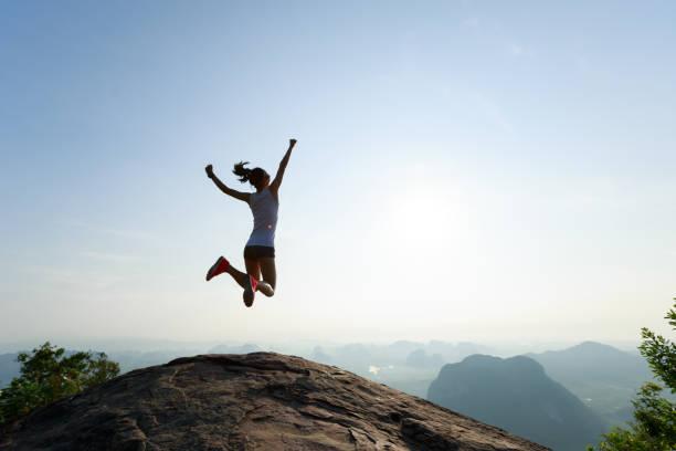 Erfolgreiche Freiheit Frau springt auf Sunrise-Berg – Foto
