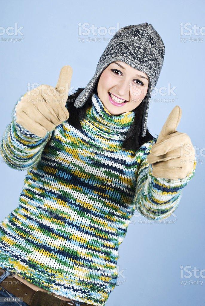 Réussie dans un pull en laine pour les pouces photo libre de droits