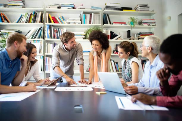 Erfolgreiche Gruppe von Geschäftsleuten bei der Arbeit im Büro – Foto