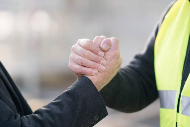 erfolgreiche handshake-deal - danke an lehrerin stock-fotos und bilder