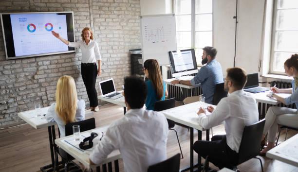 Erfolgreiche, glückliche Gruppe von Menschen, die Software-Engineering und Business während der Präsentation lernen – Foto