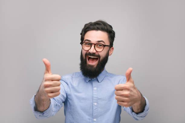 Hipster heureux succès, montrant pouces u - Photo