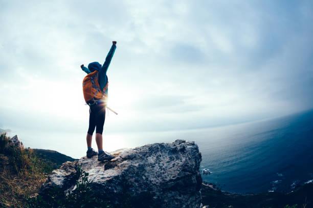 Erfolgreicher Wanderer ausgestreckte Arme am Küstenberg – Foto
