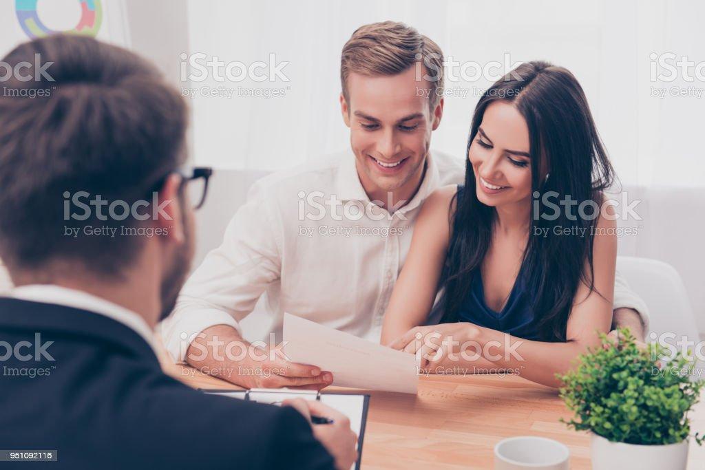 Başarılı avukat Danışma için ev satın almak hakkında aile çift veren stok fotoğrafı