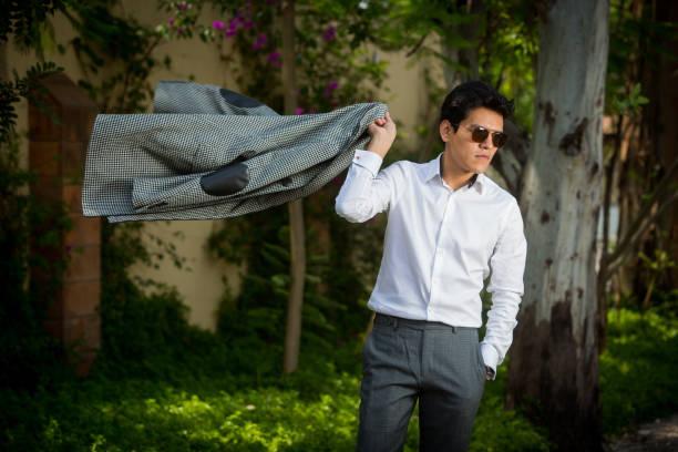 hombre exitoso usando la moda actual - gerardo huitrón fotografías e imágenes de stock