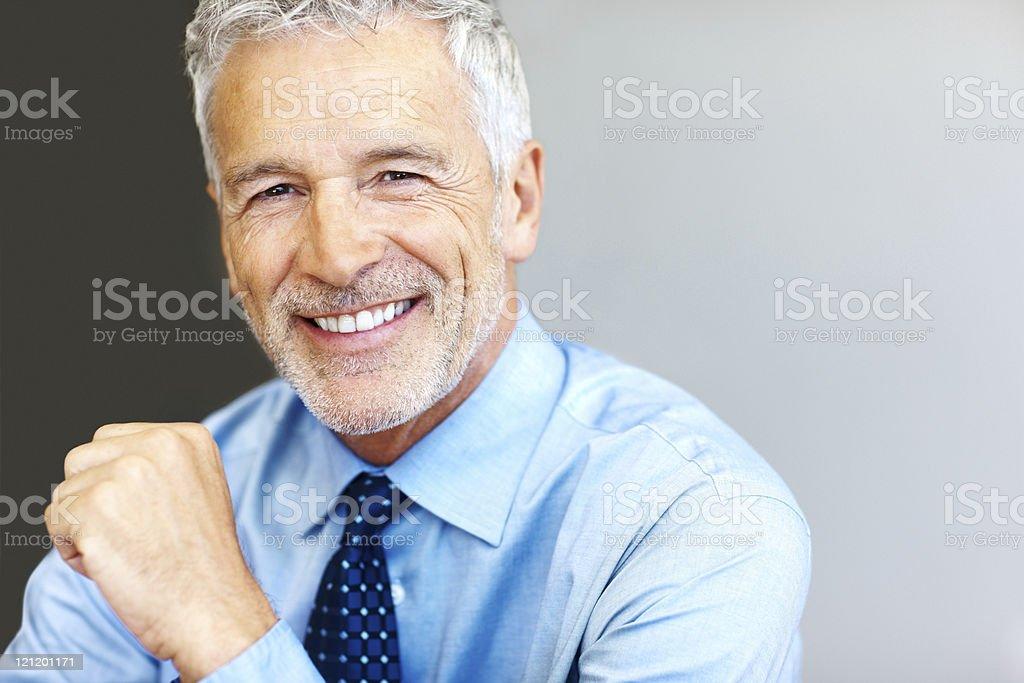 Erfolgreiche Reifer Geschäftsmann lächelnd mit Copyspace Lizenzfreies stock-foto