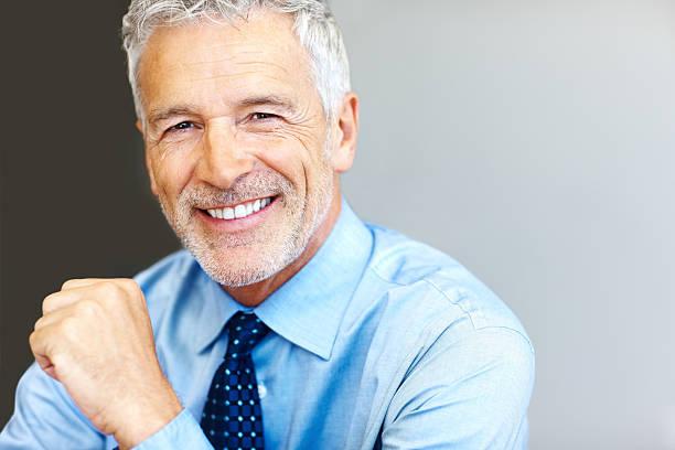 Erfolgreiche Reifer Geschäftsmann lächelnd mit Copyspace – Foto