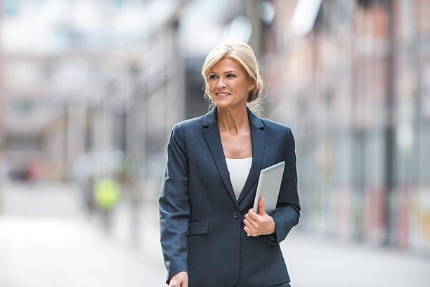 madura mulher de negócios bem sucedido - senior business woman tablet imagens e fotografias de stock