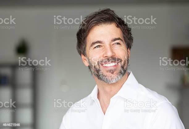 Erfolgreiche Lächelnd Reifer Mann Wegsehen Stockfoto und mehr Bilder von Männer