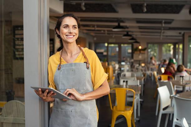成功的主人站在咖啡館入口處 - small business 個照片及圖片檔