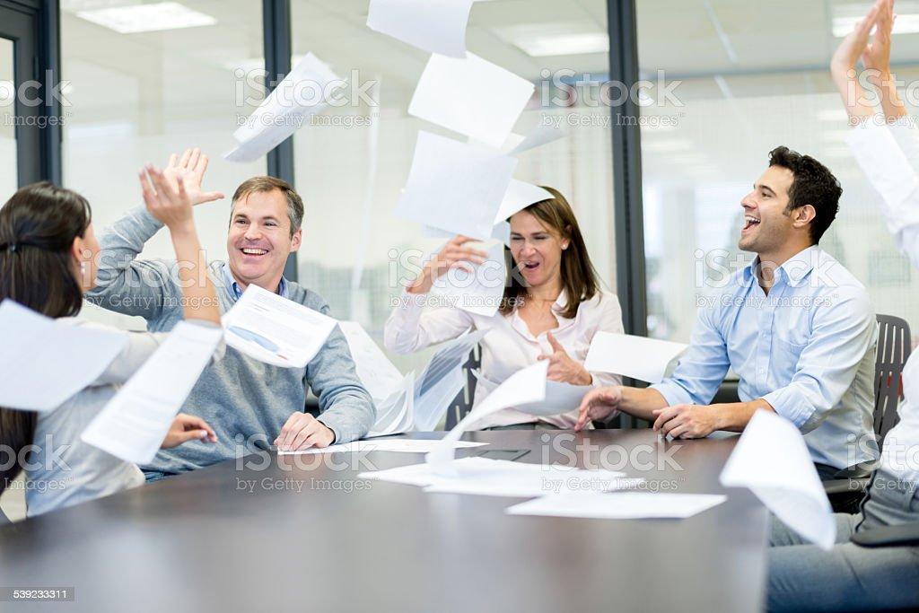 Celebra éxito de las personas en una reunión de negocios foto de stock libre de derechos