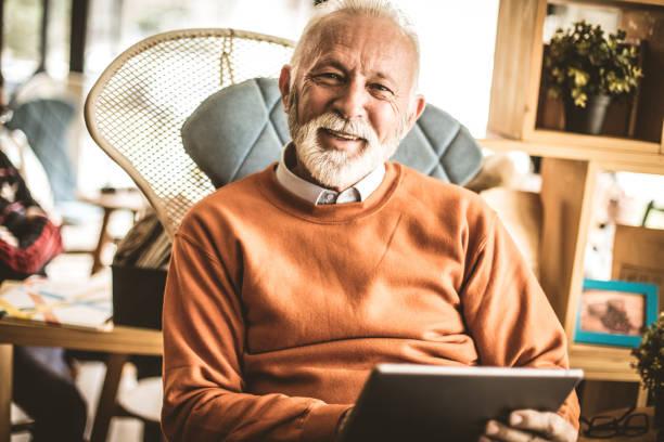 bem sucedido homem de negócios sênior no escritório. - old man - fotografias e filmes do acervo