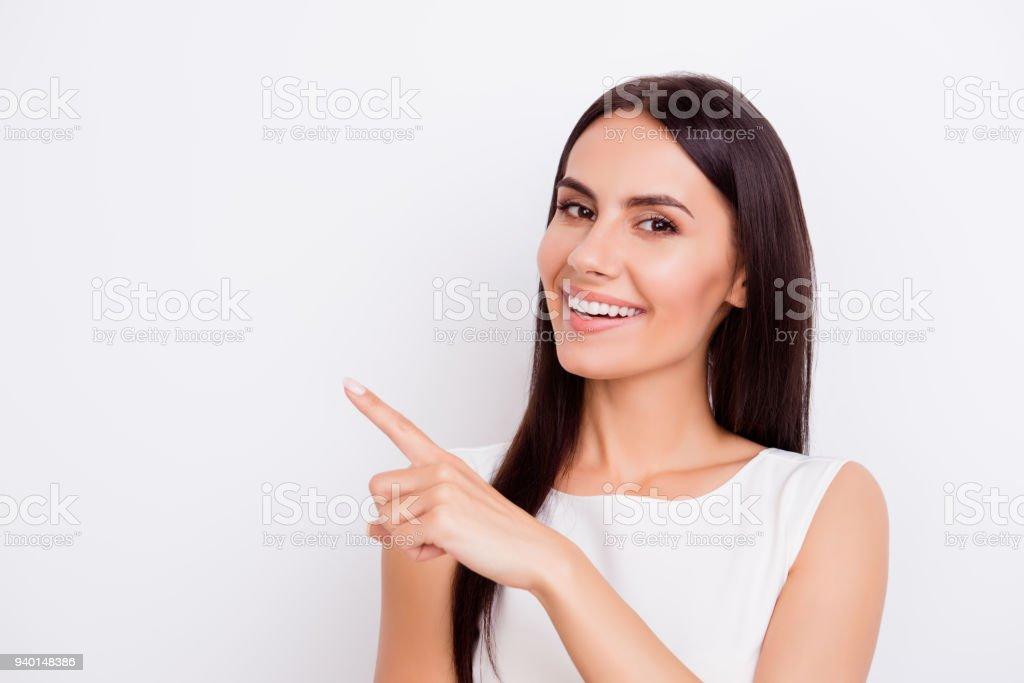 Erfolgreiche lächelnd Businesslady ist entfernt mit Finger zeigen. Sie ist auf den reinen weißen Hintergrund isoliert – Foto