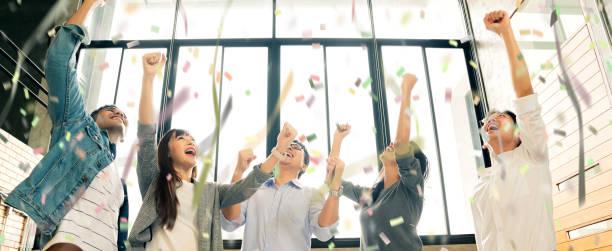 erfolgreiche Startup neue Business Teamwork Gruppe von Geschäftsleuten geben auf hoch in den Himmel zusammen mit fröhlichen und verlassenen Emotionen – Foto