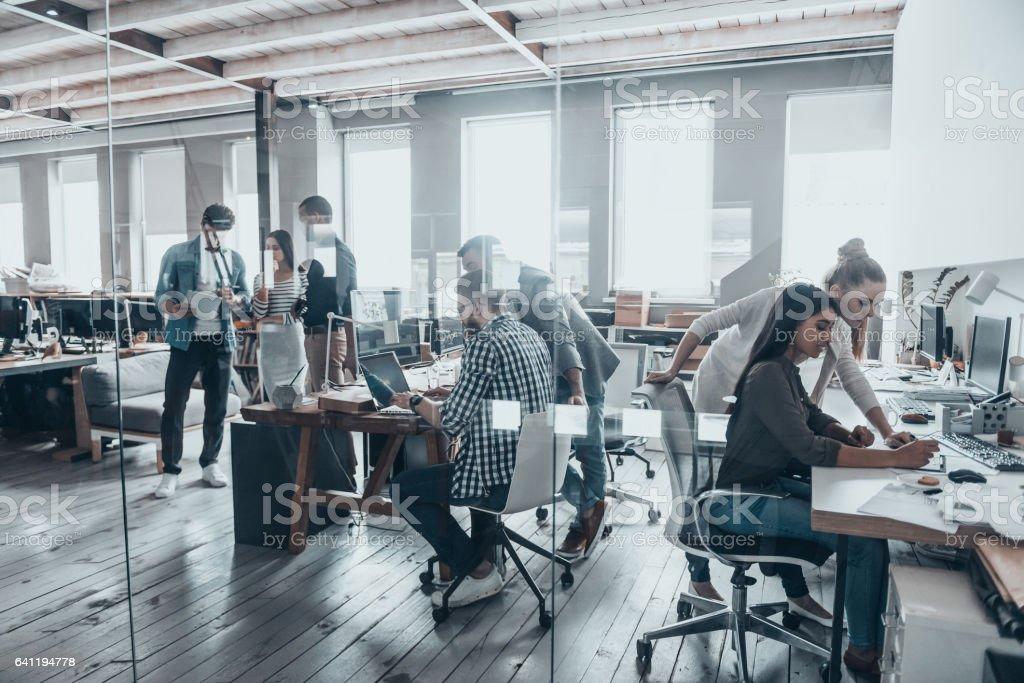 Erfolgreiches Team bei der Arbeit. – Foto